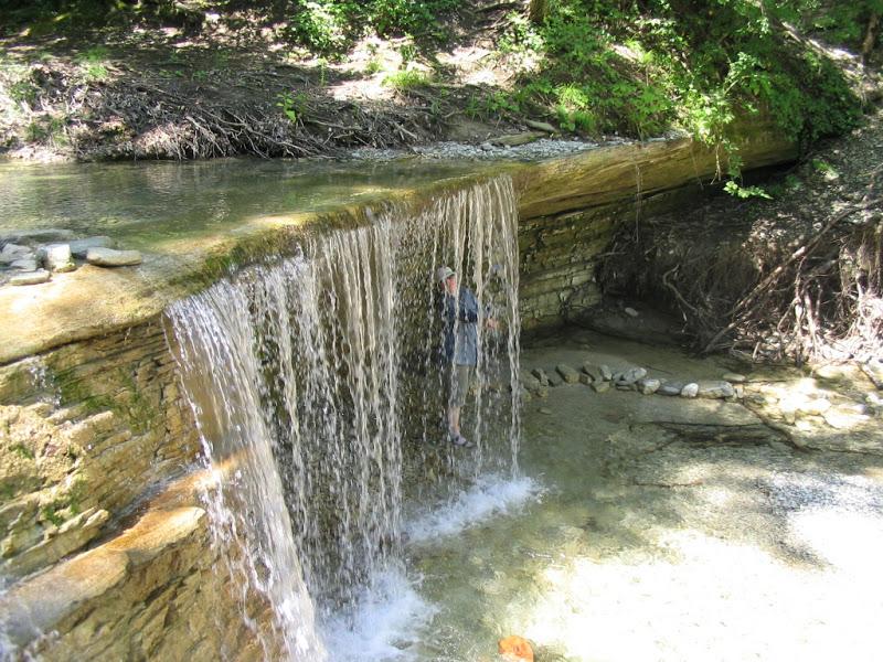 Спряталась за водопадом